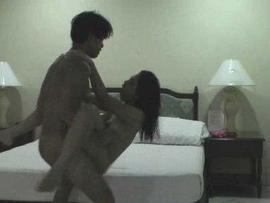 Jeunes asiatiques sexy jouent sale et de filmer des scènes de sexe amateur sur caméra pour poster ces faits maison dans les films pornos sur le net, regarder copines asiatiques chaudes baise