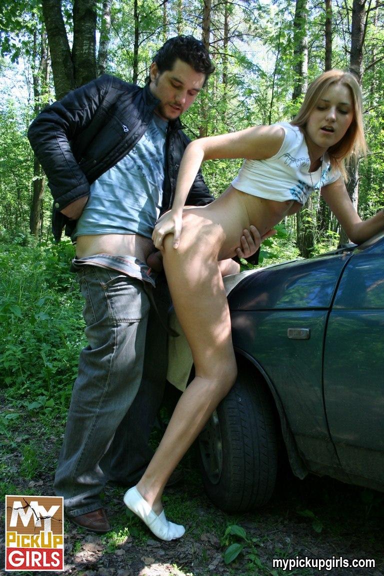 Пикаперы трахнули девушку в лесу